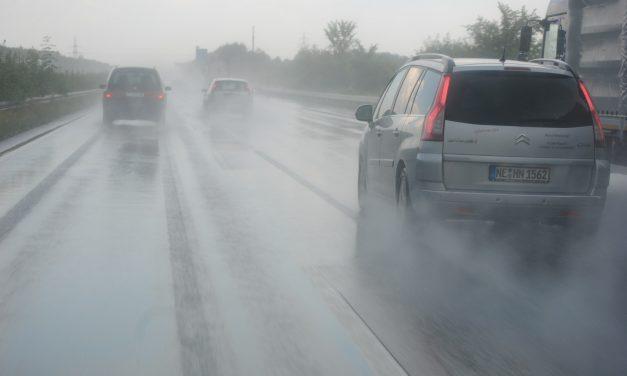 Cómo conducir el coche con lluvia