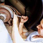 Qué problemas puede acarrear arreglar un coche en un taller ilegal